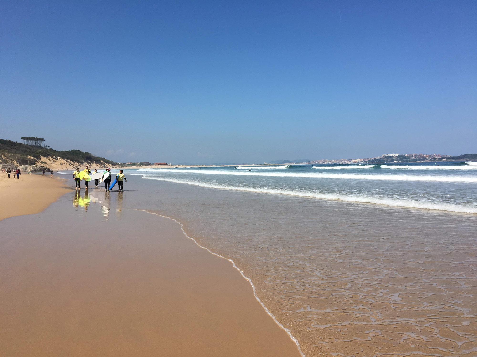 Шагая вдоль побережья, можно встретить серферов