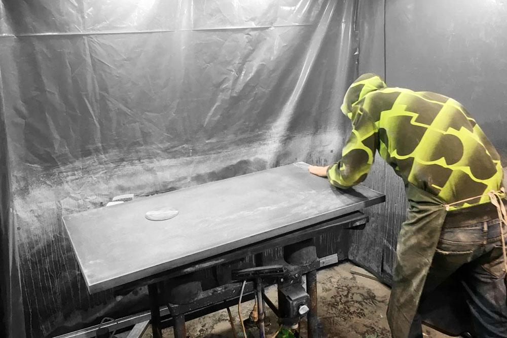 Уже после старта выяснилось, что для работы нужно несколько зон — чтобы было, где заливать бетон в формы, полировать его и шлифовать. Пришлось отделять зоны друг от друга ширмами: по технологии, которую выбрал Кирилл, бетон полируют, поливая водой, и брызги летят во все стороны
