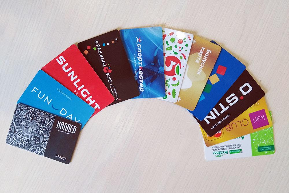 Столько бонусных карт я носила в кошельке. Сейчас с ними играет мой ребенок, а я показываю на кассе штрихкод карты в мобильном приложении
