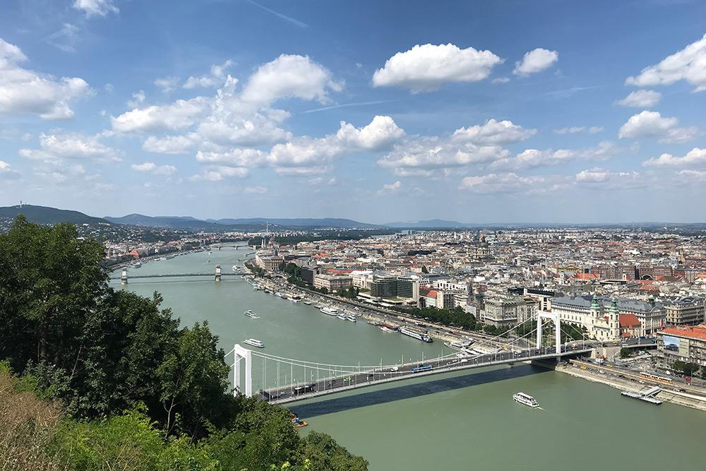 Вид на Будапешт с горы Геллерт. Слева от Дуная холмистая часть города — Буда, а справа равнинный Пешт