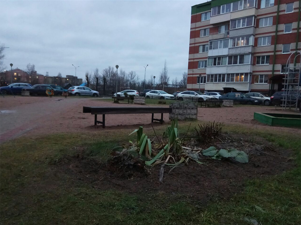 Помимо сирени, у нас разбиты цветники и построена детская площадка. Все это — на крыше паркинга. На саму стоянку можно попасть через подъезды или спустившись по лестнице за домом