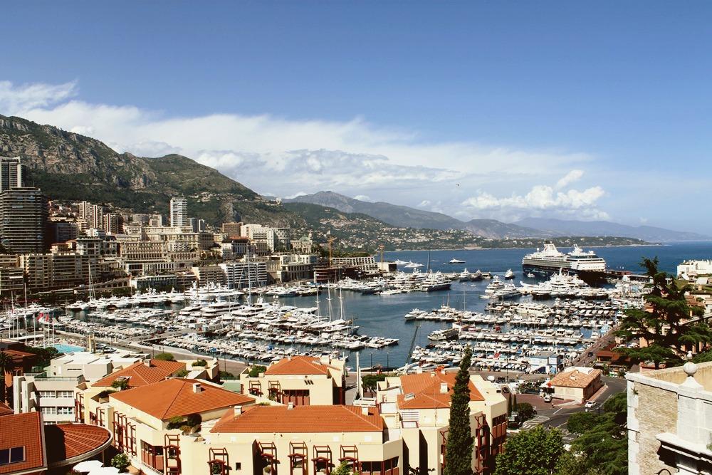 Цены на индивидуальные экскурсии с трансфером из Ниццы в Монако начинаются от 50€ (3550 р.), билет на маршрутный автобус № 100 обойдется в 1,5€ (107 р.). Дорога проходит по живописным местам с прекрасными видами на Средиземное море
