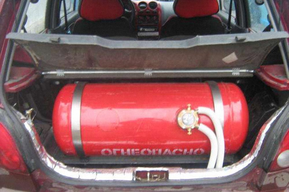 Вот так может выглядеть газовый баллон на 50 л в малолитражке Дэу Матиз. В багажнике почти не осталось свободного места даже для домкрата. Фото: matizclub.net