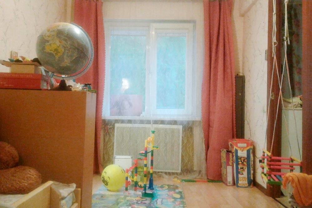 В квартире изначально было мало места, а после рождения ребенка одна из двух комнат оказалась полностью занята игрушками
