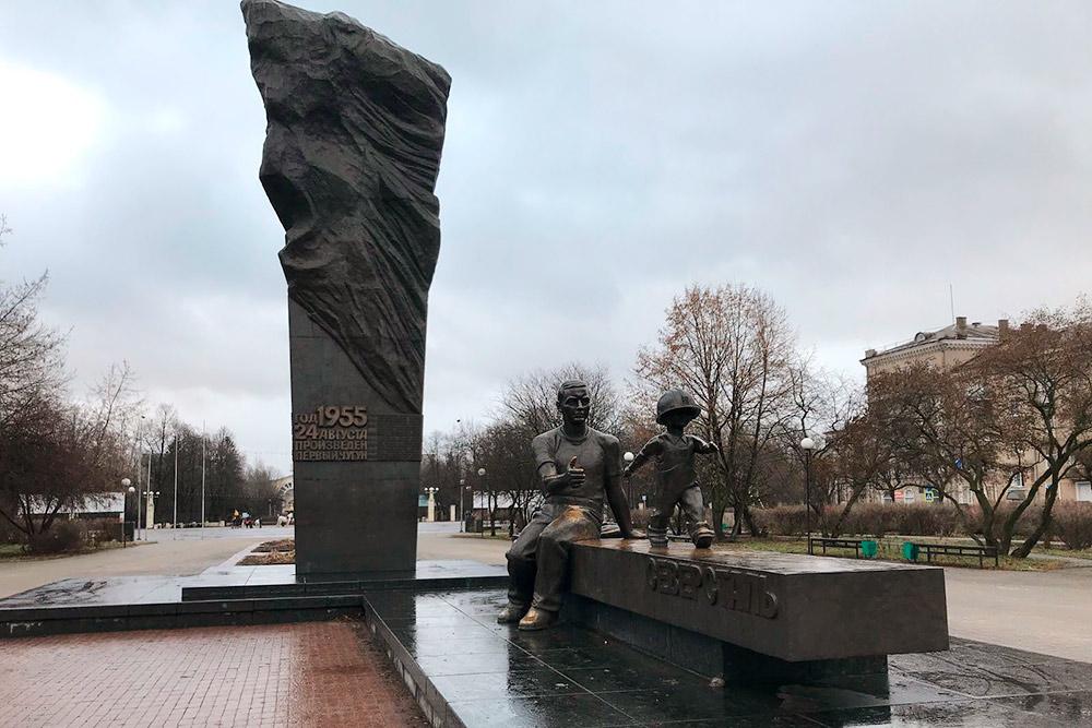 Памятник «Преемственность поколений» на площади Металлургов