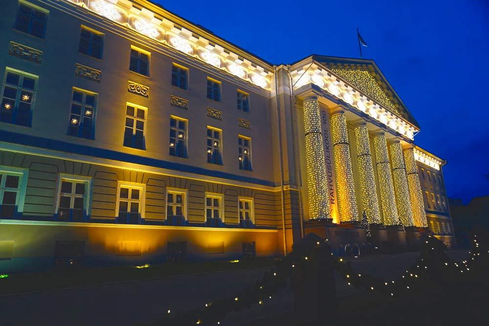 Главное здание Тартуского университета с рождественской подсветкой
