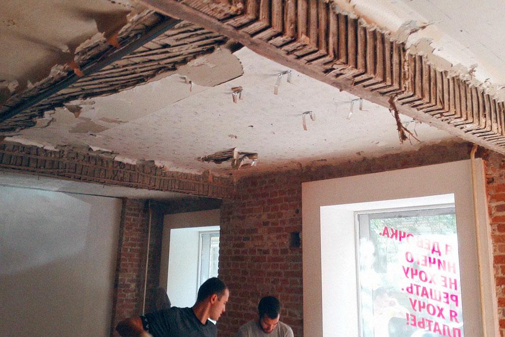 Когда мы сняли гипсокартон с потолка, то не сразу придумали, чем его отделать с минимальными затратами. Деревом — пожароопасно, а подвесные конструкции съедают высоту