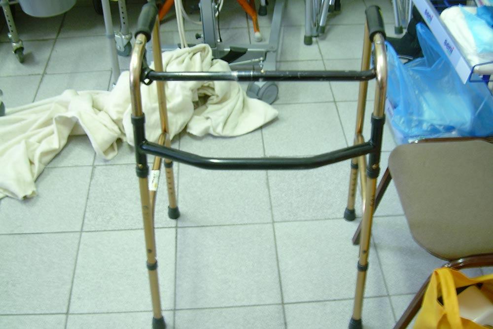 Ходунки шагающие. Еще бывают ходунки на колесах, с опорой на предплечье, с дополнительной фиксацией тела, с подмышечной опорой, ходунки-роллаторы. Стоят 2000—3000<span class=ruble>Р</span>