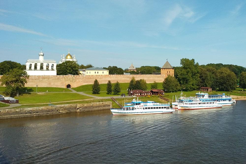 Вид с пешеходного моста через реку Волхов на Новгородский кремль и звонницу Софийского собора. Сам собор скрыт за деревьями