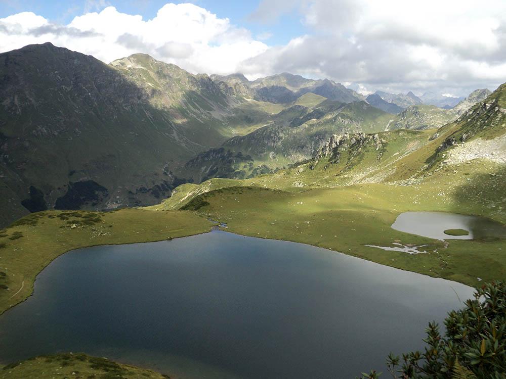 В Абхазии невероятная природа. Это долина семи озер. Горы позади — Кавказский хребет