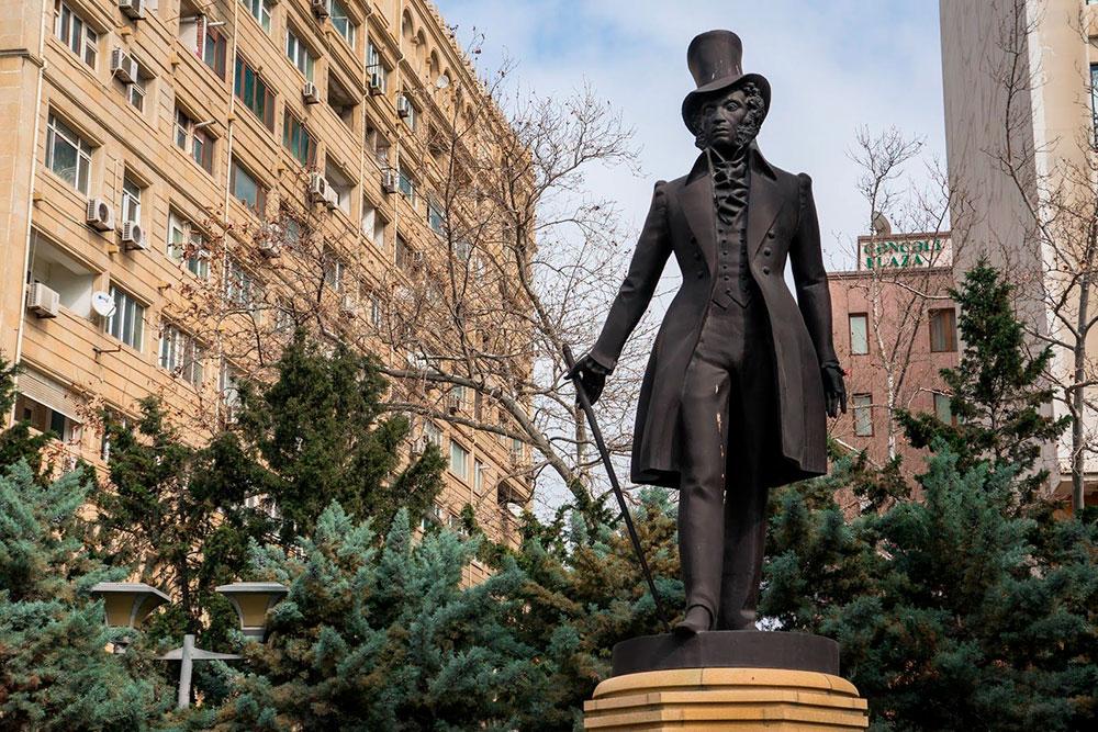 Напротив Дома правительства Азербайджана стоит памятник Пушкину