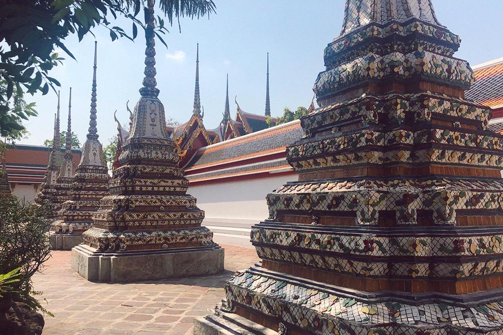 По территории храма расставлены красивые ступы — буддийские сооружения, вокруг которых тайцы совершают ритуальный обход