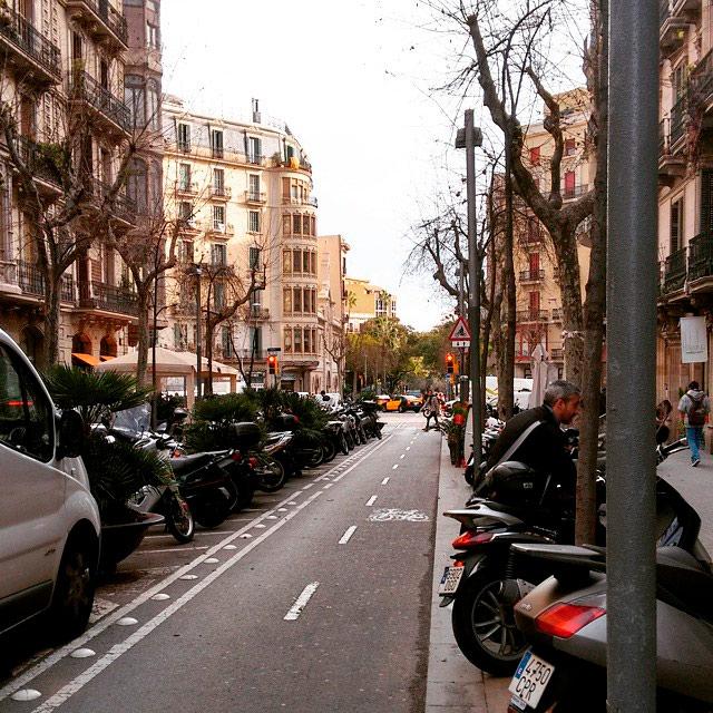 Вид на одну из улиц знаменитого района Эшампле в Барселоне — здесь я и живу