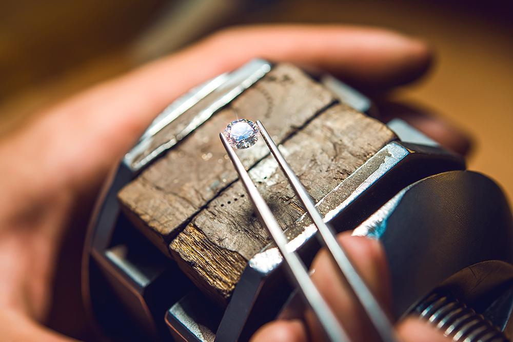 Так выглядит бриллиант — обработанный алмаз. Фото: Shutterstock