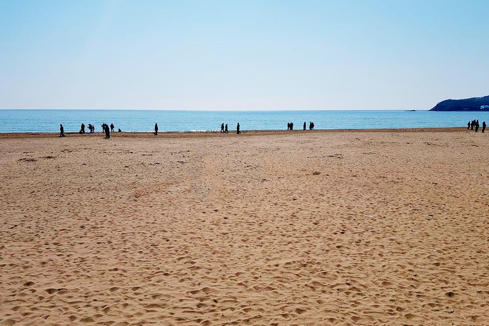 Бухта Стеклянная во Владивостоке. Называется так потому, что прямо возле моря берег усыпан гладкими осколками стекла. Они не острые, порезаться ими очень сложно