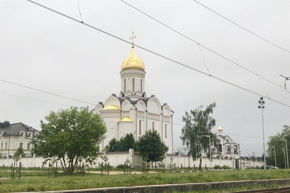 Церковь рядом со станцией электрички