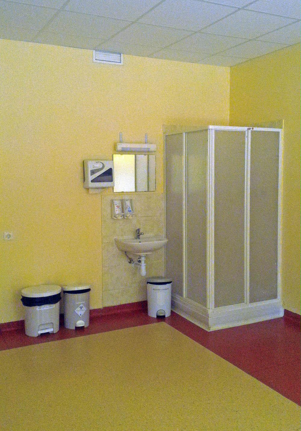 В родовых палатах есть душ — считается, что вода способствует расслаблению