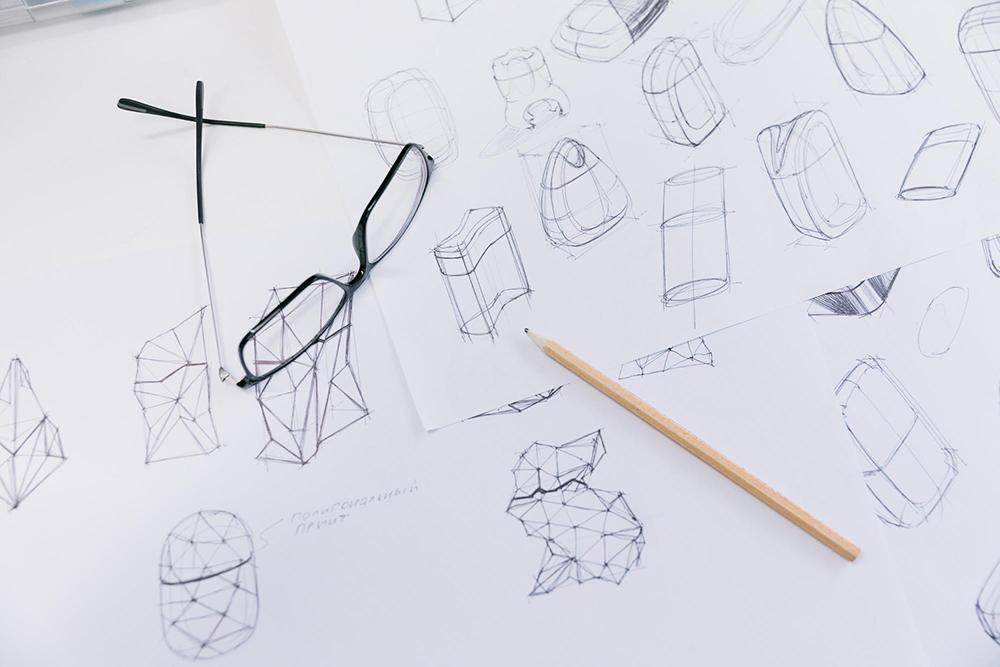Несмотря на возможности компьютерного моделирования, первые эскизы дизайнеры рисуют от руки. Традиционное художественное образование — сильная сторона российского промышленного дизайна, в зарубежных университетах акцент делают на 3Д-моделировании