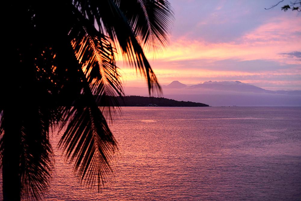 Закат на острове Самал с видом на остров Таликуд и гору Апо