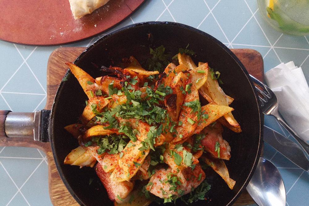 Оджахури, жареная картошка с мясом, стоит 15 ₾ (358 р.)