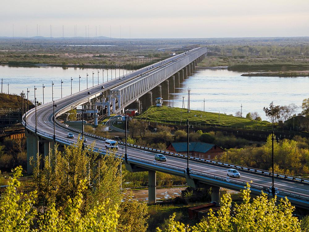 Вид с пятитысячной купюры — мост через Амур. Фотография Александра Колбина