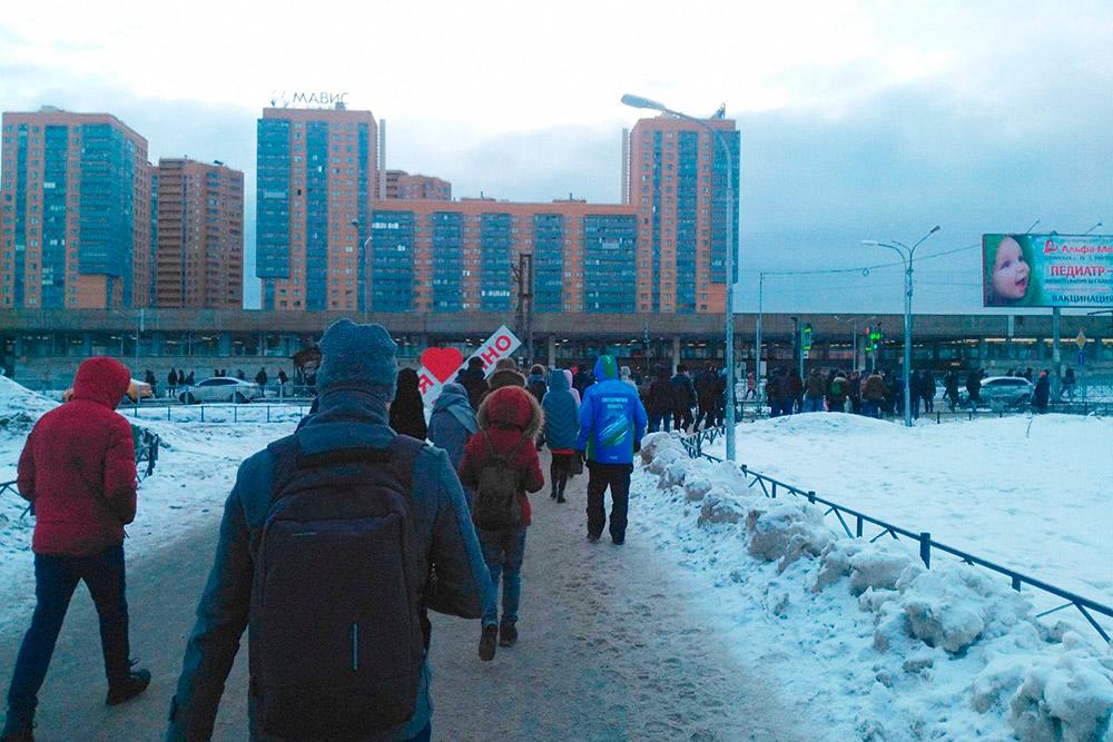 В Мурине много новостроек и много людей. С утра до вечера поток людей в метро и из метро практически не уменьшается. Фотографии я делал в марте