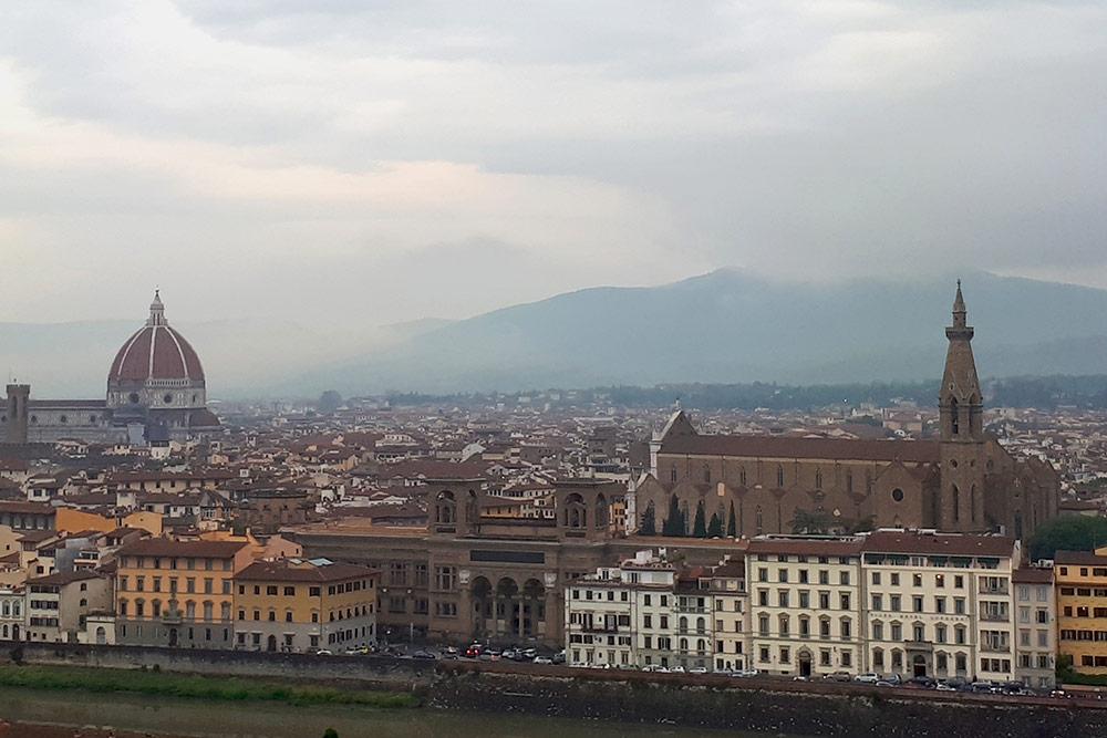 Флоренция — воплощение стереотипов об Италии. Узкие улочки, вымощенные брусчаткой, невысокие домики песчаных цветов и тяжелые ставни. Чтобы посмотреть на Флоренцию с высоты, мы поднялись на площадь Микеланджело