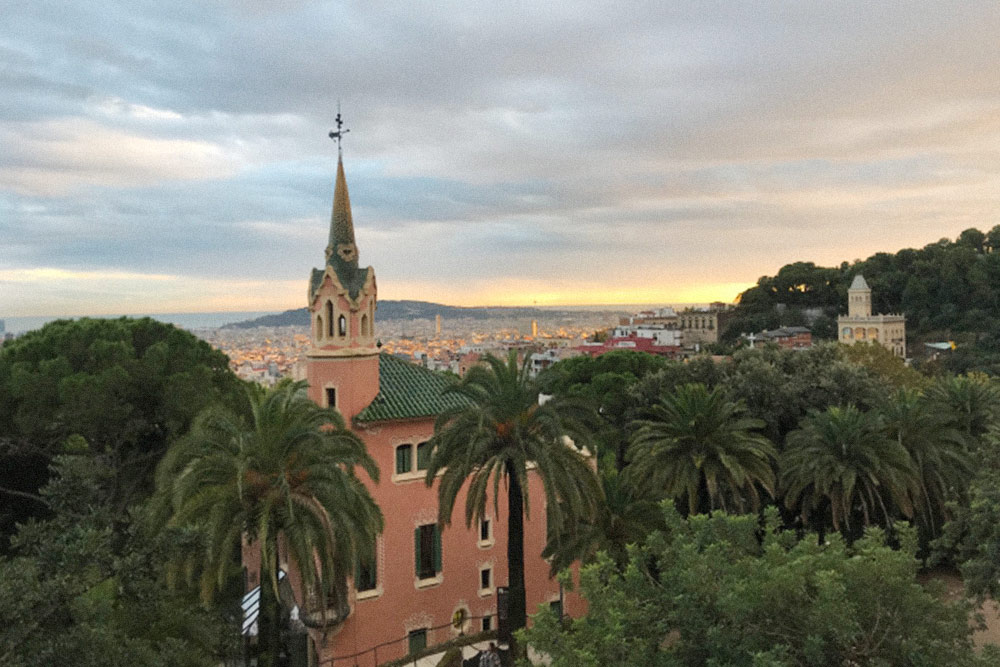 Вид из парка Гуэль на Барселону