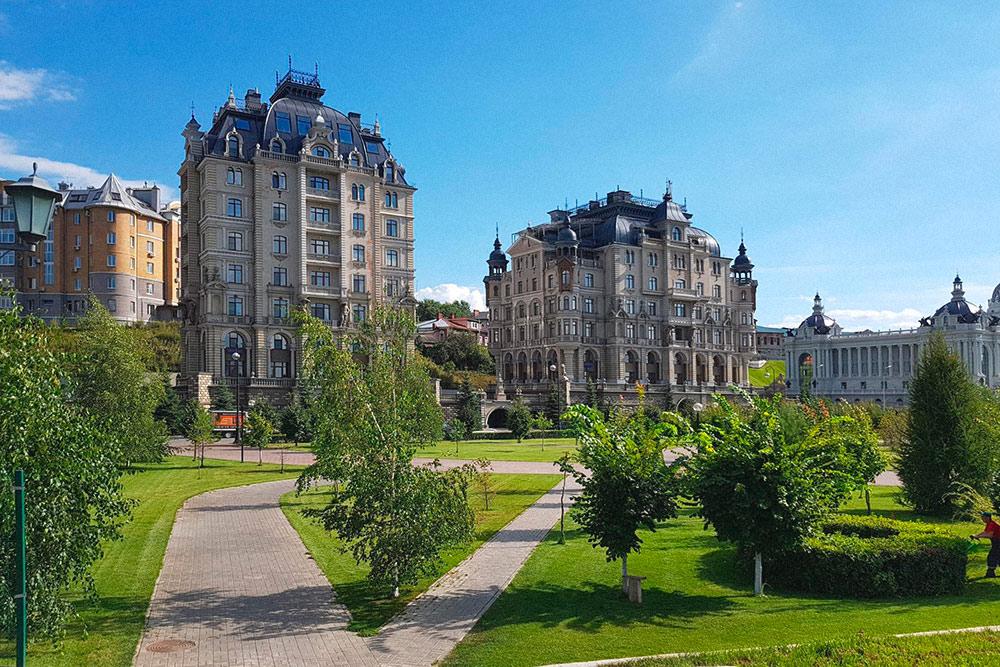 В Казани много современных зданий, которые немного напоминают историческую застройку