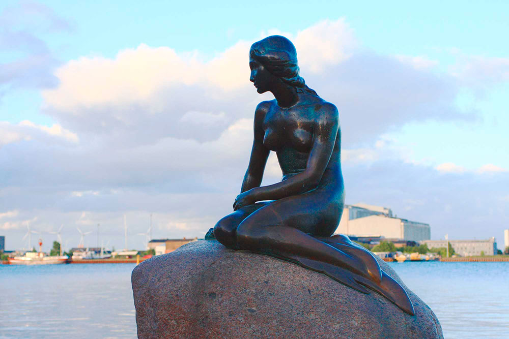 Кажется, что Русалочка печально смотрит в сторону пролива Эресунн