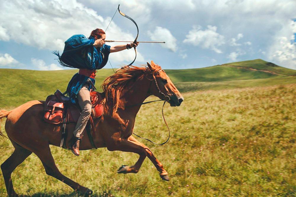 Майя Динова — член Российской федерации конной стрельбы из лука. Она стреляет из традиционного рекурсивного лука. Чтобы научиться такой стрельбе, нужно уверенно сидеть в седле, безэтого брать лук в руки бессмысленно