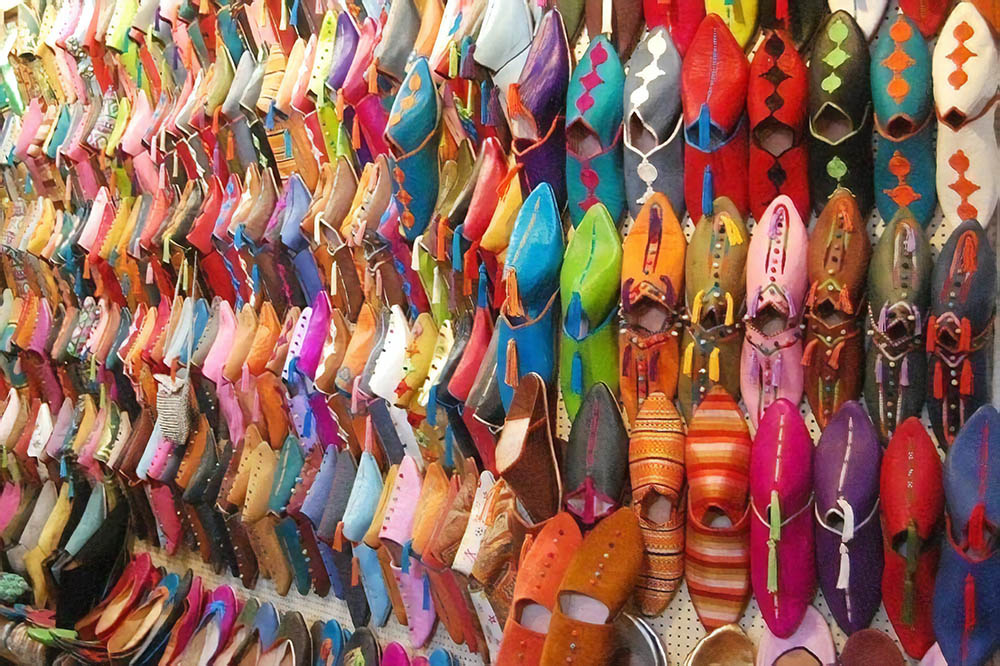 Кожаные башмаки на рынке в старой части Касабланки