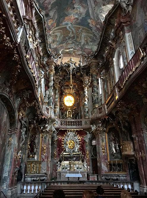 Но внутри церкви — богатые интерьеры