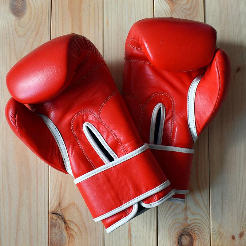 Первые перчатки на продажу от пакистанской фабрики — простые, но вполне подходящие длялюбительского бокса. Они были из дешевой кожи красного цвета (необычные и более редкие цвета стоили дороже) и имели самую простую конструкцию с узкой застежкой на запястье. Внутри находился наполнитель из формованной пены (пену под высоким давлением вливают в форму и она застывает в таком положении)