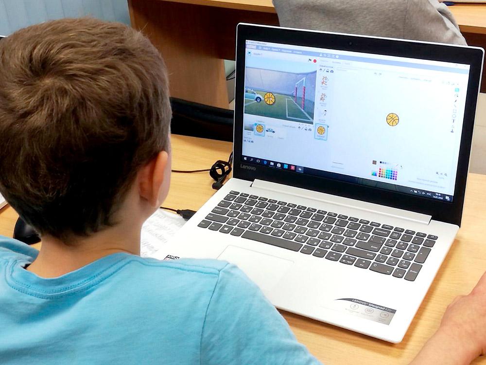 Ученик делает игру в «Скретче»