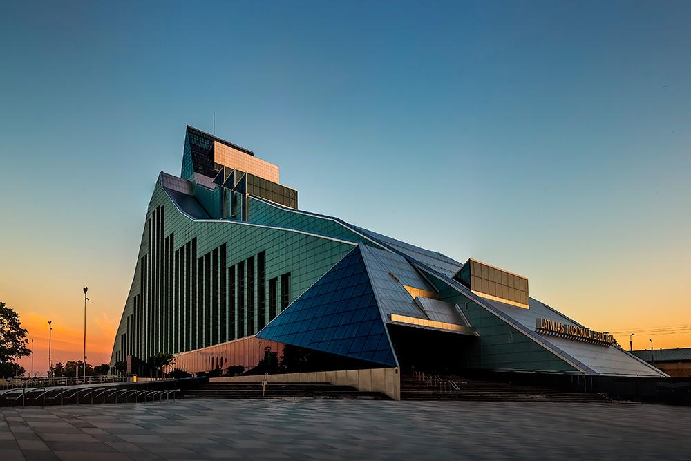 Маршрут кораблика проходит мимо здания Латвийской национальной библиотеки. В Риге ее называют Замком света. В ней хранится 4 миллиона книг