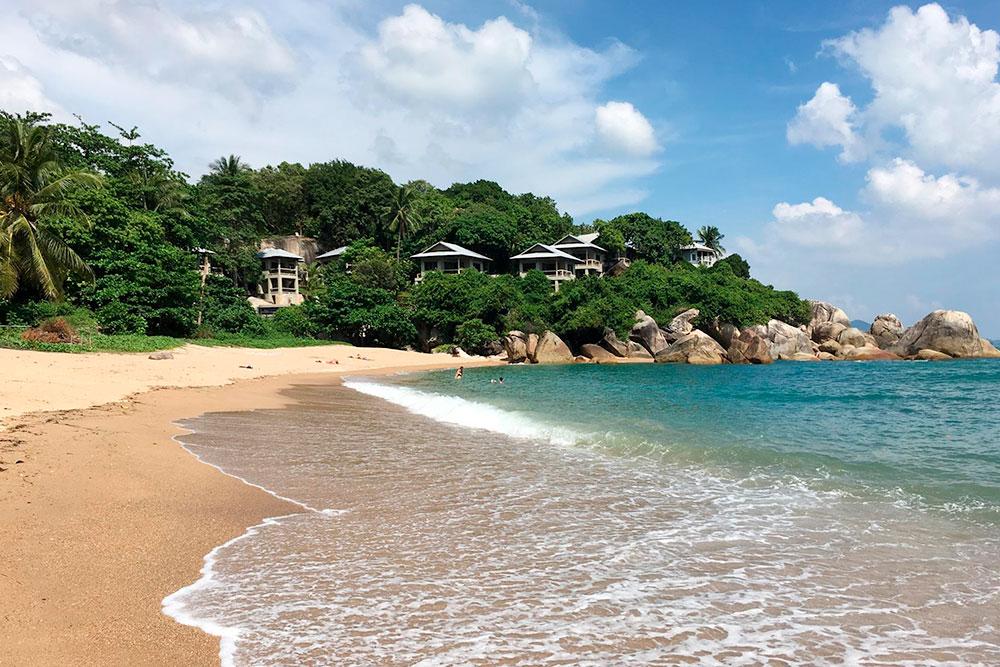 Все пляжи на Самуи — муниципальные и бесплатные, но если рядом стоит отель, и вы хотите воспользоваться его шезлонгом, за это могут взять деньги