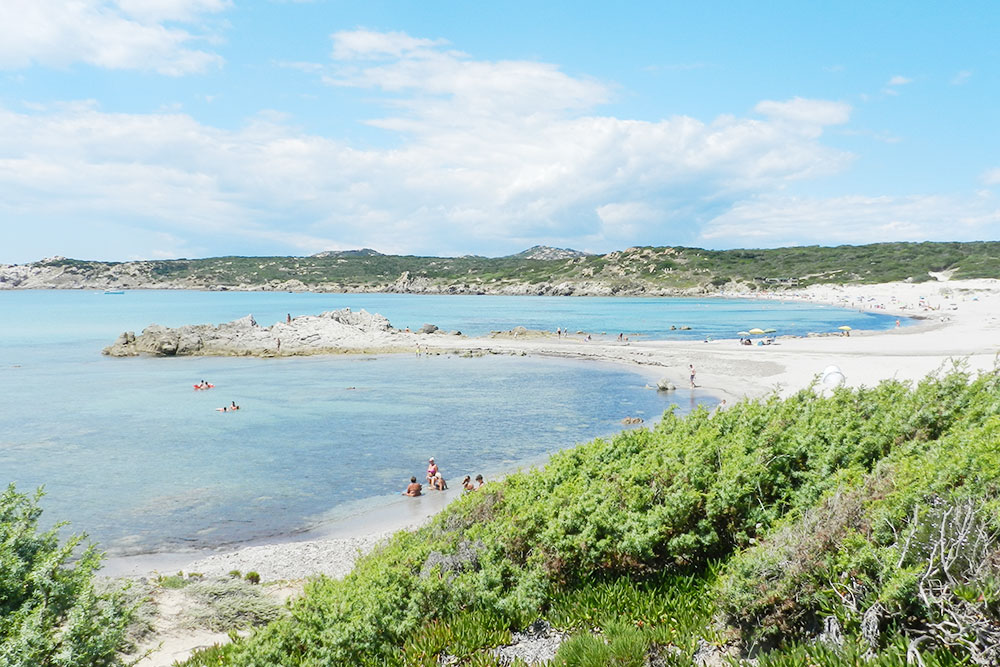 Пляж на северо-западном побережье в конце июня. Еще не так многолюдно, как в июле и августе