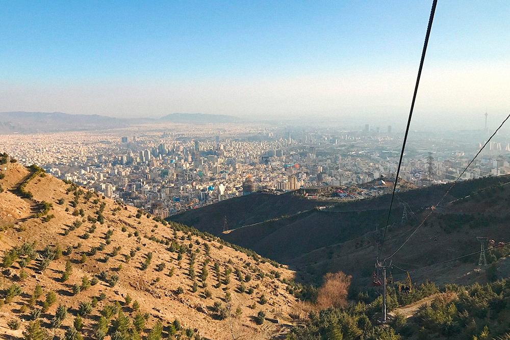 Фото Тегерана с горы Точал: север хорошо просматривается, а все, что за телебашней, не видно из-за смога