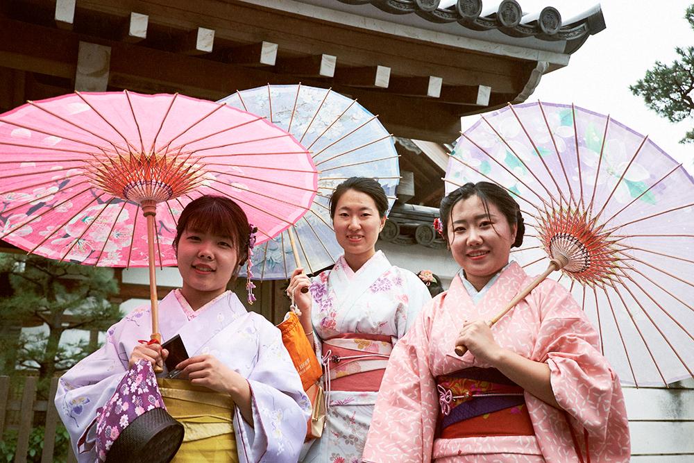 В квартале Асакуса японки часто ходят в традиционной одежде. Фото: Shutterstock