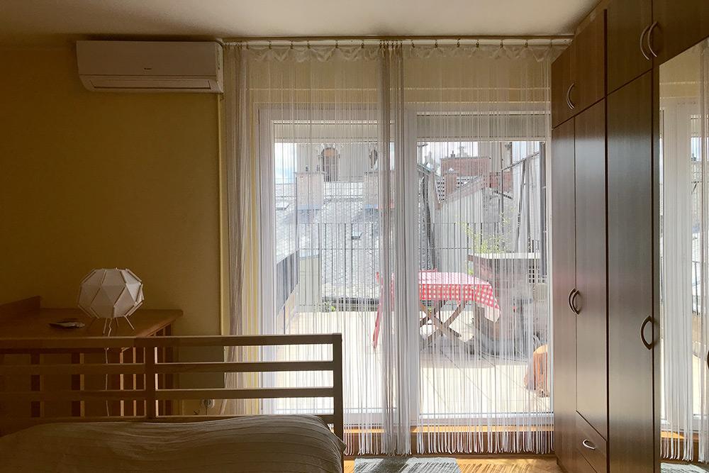 Спальня — вообще мое самое любимое место в квартире. В какое окно ни посмотри — везде красивые виды