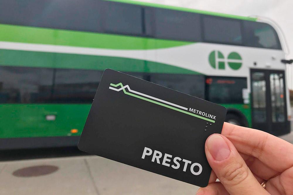 Карточка Presto и двухэтажный автобус, на котором можно доехать до Торонто