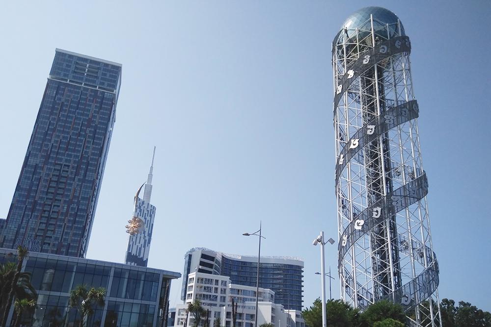 В Батуми из башни «Алфавит» открывается отличный вид на море. Наверх можно подняться на лифте за 12 ₾ (276 рублей). Минус в том, что там нет открытой площадки и рассматривать красоту прибрежного города придется через стекла