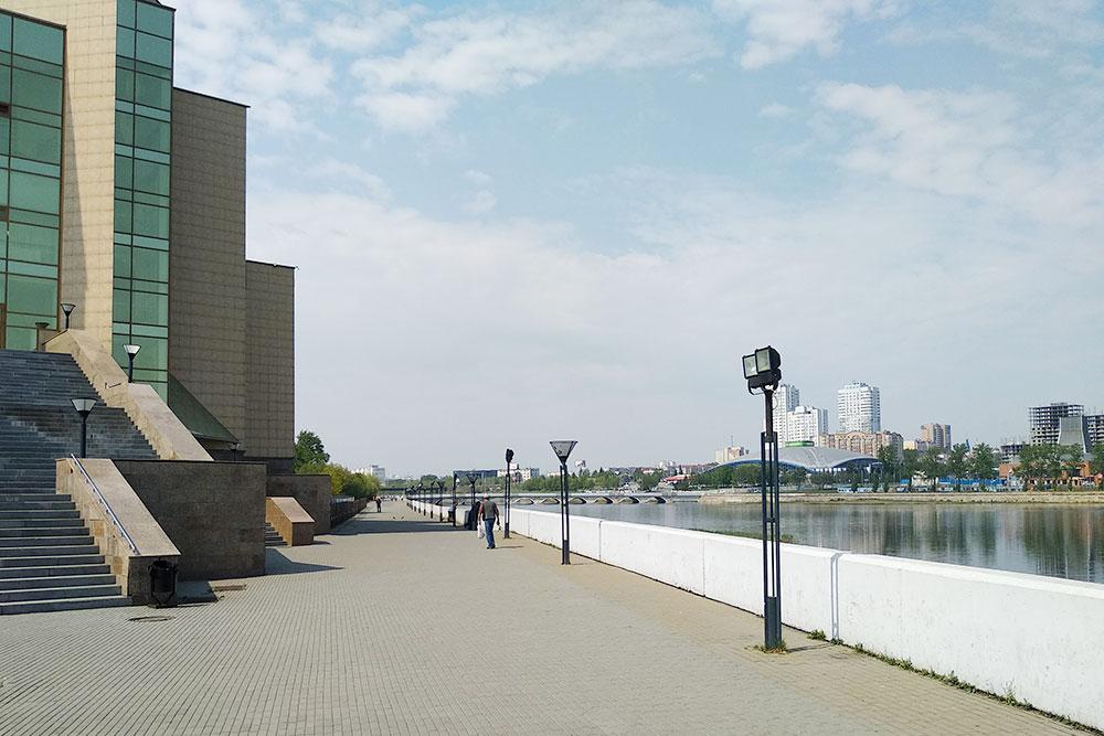Набережная возле краеведческого музея. Она короткая — всего 400 с небольшим метров, конец набережной упирается в дорогу и мост через реку. Недавно реку почистили, до этого она несколько лет была заросшая и в ней плавал мусор