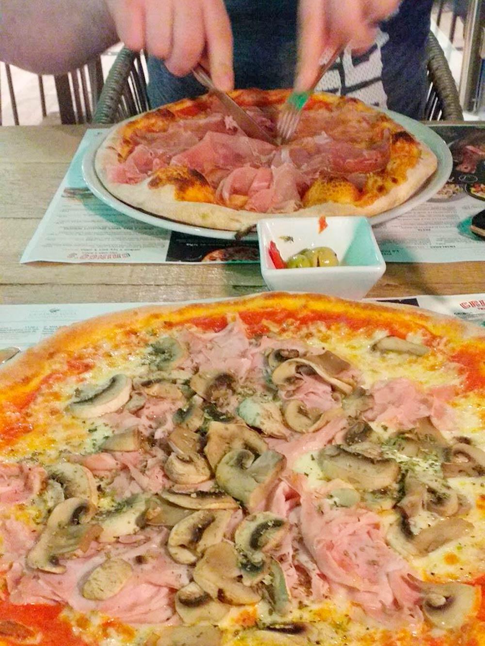 Две пиццы и бутылка вина на двоих стоят примерно 25—30€