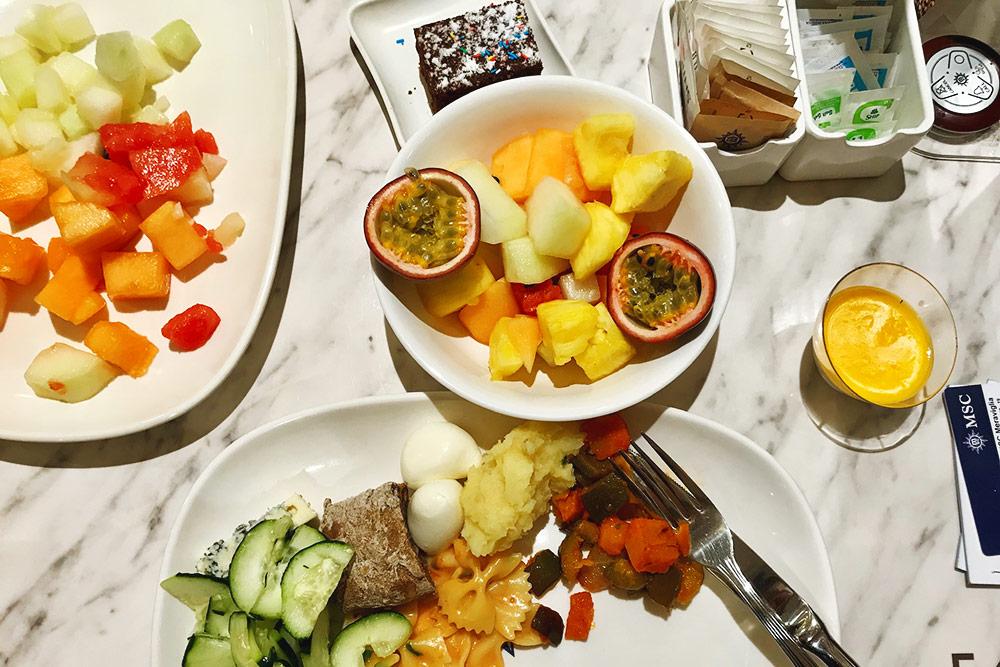 Мои завтраки и ужины выглядели примерно так. Все фрукты свежие, каждый день были арбузы, дыни нескольких сортов, ананасы, фруктовый салат и целые фрукты: бананы, яблоки, апельсины, мандарины игруши