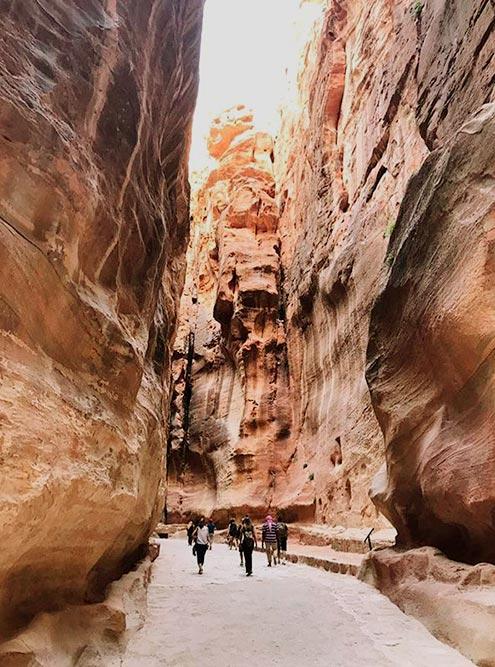 Ущелье Сик — это глубокий разлом в песчаной скале длиной 1200 метров, который образовался после землетрясения