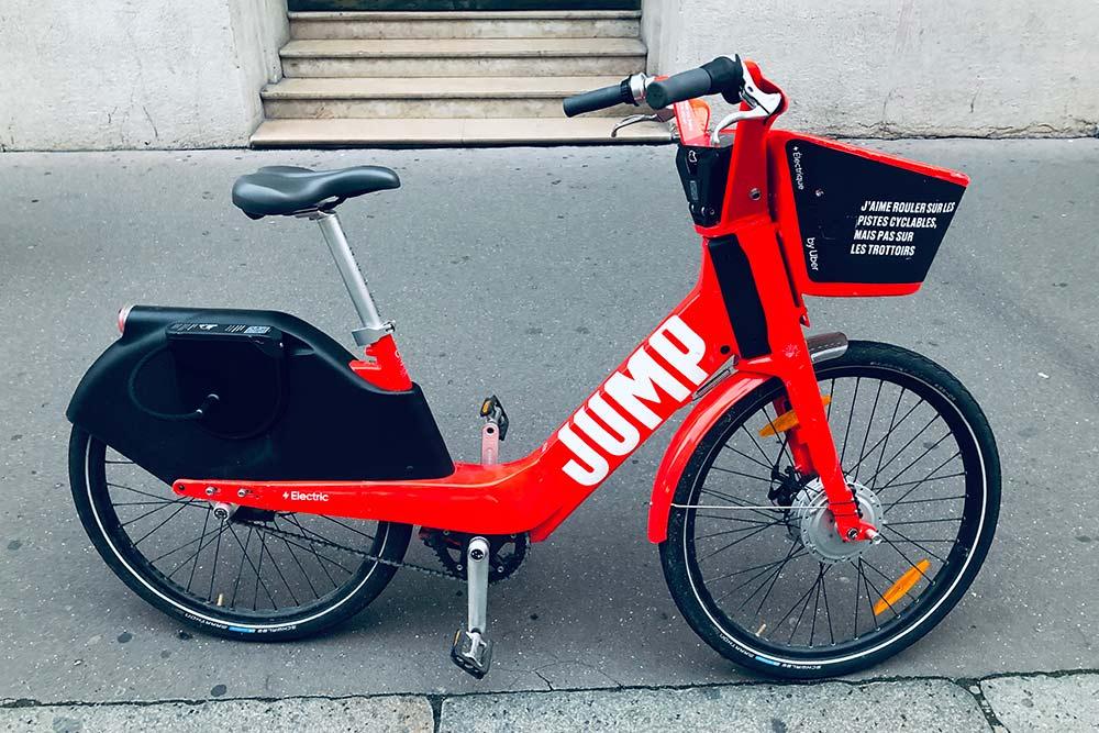 Электровелосипеды Jump, тоже от «Убера», — 1€ (87<span class=ruble>Р</span>) разблокировка + 0,15€ (13<span class=ruble>Р</span>) за каждую минуту. Легко найти и взять в основном приложении «Убера»