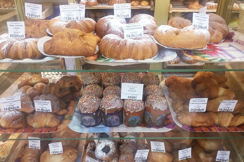 Булочки и пирожные здесь со вкусом из детства. Слоеный пирог с маком стоит 80<span class=ruble>Р</span> — хватит на троих