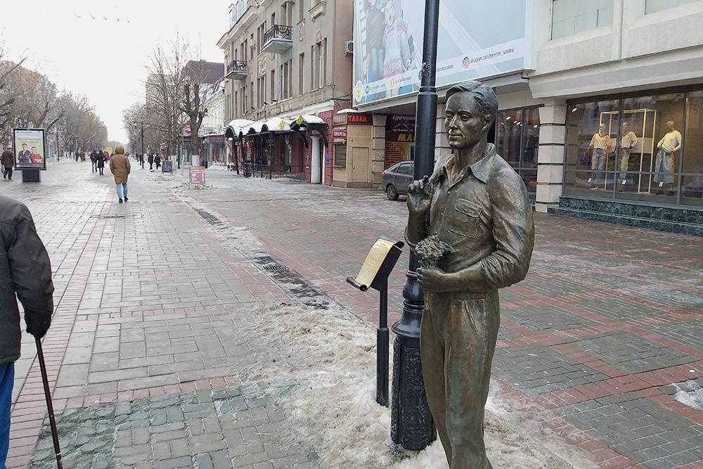 Памятник герою неофициального гимна Саратова — песни «Огней так много золотых»